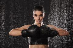 Sterke de vechtersjaren '20 van de geschiktheidsvrouw in sportkleding die zwarte doos houden Stock Fotografie