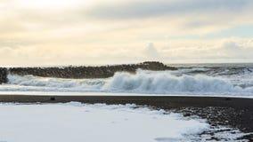 Sterke de Winterbranding op Zwart Zandstrand Stock Foto's
