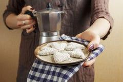 Sterke espresso die een koffiegeiser en koekjes gebruiken Royalty-vrije Stock Afbeeldingen