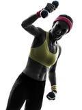 Sterke gelukkige vrouw die het silhouet van de geschiktheidstraining uitoefenen Stock Foto