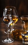 Sterke Geplaatste Geesten Harde alcoholische dranken in glazen in assortiment: wodka, cognac, tequila, brandewijn en whisky, grap stock foto's