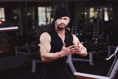 Sterke gescheurde volwassen mens met perfecte abs, schouders, bicepsen, tri stock foto