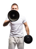 Sterke, geschikte en sportieve bodybuildermens die met een megafoon schreeuwen Royalty-vrije Stock Foto