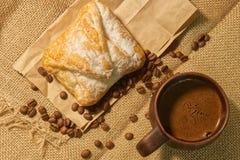 Sterke geurige gekookte koffie met schuim Een koffiedrank in een cla stock fotografie