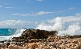 Sterke golven, rotsachtige tropische kust, Stock Afbeeldingen