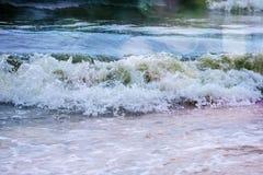 Sterke golvenneerstorting over het strand op zee van Azov Royalty-vrije Stock Foto