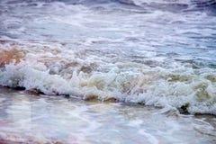 Sterke golvenneerstorting over het strand op zee van Azov Royalty-vrije Stock Fotografie