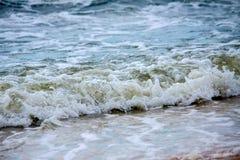 Sterke golvenneerstorting over het strand op zee van Azov Royalty-vrije Stock Afbeeldingen