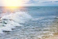 Sterke golvenneerstorting over het strand op zee van Azov Stock Afbeeldingen