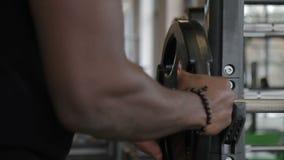 Sterke handen van mannelijk afroatleet gehecht belang aan de bar stock footage