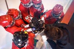 Sterke het groepswerkgeest van het hockeyteam samen royalty-vrije stock fotografie