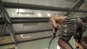 Sterke Jonge Mens die Oefeningen met een Kabel van de Snelheidsslag doen stock footage