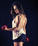 Sterke jonge vrouw die bicep krullen doen Stock Foto's