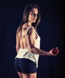 Sterke jonge vrouw die bicep krullen doen Royalty-vrije Stock Fotografie