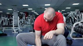Sterke knappe atletische mens die gewichtheffen doen en bicepsen uitoefenen dumbbells stock videobeelden