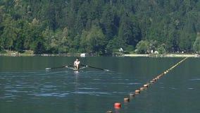 Sterke mannelijke opleiding in het roeien op meer, gezonde levensstijl, professionele sport stock video