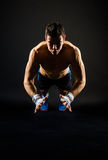Sterke mens die het springen opdrukoefeningen doen stock fotografie