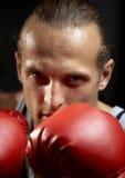 Sterke mens met rode bokshandschoenen royalty-vrije stock afbeeldingen