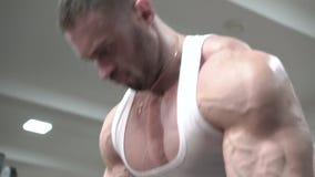 Sterke mens met verschillende aders die deadlift in de gymnastiek doen langzaam stock video