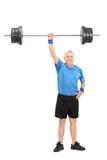 Sterke oudste die een gewicht in één hand houden Stock Foto's