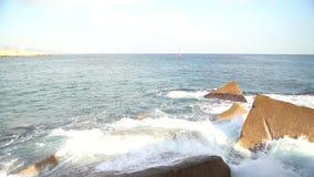 Sterke overzeese golven die op rotsen verpletteren stock videobeelden