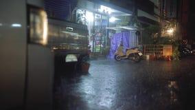 Sterke Regen in de nachtstad met autolichten stock video
