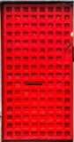 Sterke rode deur met artsy metaalpoort vooraan stock afbeelding