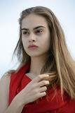 Sterke schoonheid, vrouw in rood stock fotografie