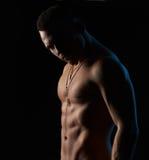 Sterke sexy mens op zwarte achtergrond Royalty-vrije Stock Foto's
