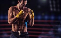 Sterke spierbokser in rode bokshandschoenen Een mens in het in dozen doen royalty-vrije stock fotografie