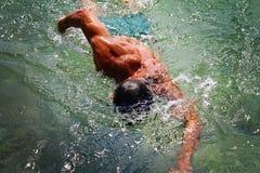 Sterke spiermens die in de overzeese oceaansrawlstijl zwemmen De actieve vakantie van de de zomervakantie Sport, gezond levenssti Royalty-vrije Stock Foto's