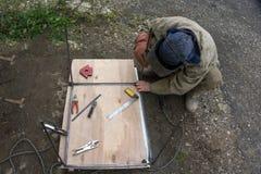 Sterke twee bouwen bouwvakkers in wit stock fotografie