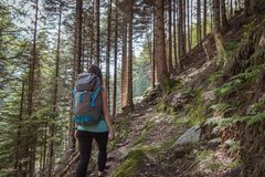 Sterke vrouw die in de bergen wandelen stock foto's