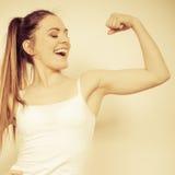 Sterke vrouw die met spieren pronken sterkte royalty-vrije stock afbeelding