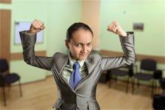 Sterke vrouw in het bureau Stock Foto