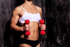 Sterke vrouw met rode barbells Stock Foto