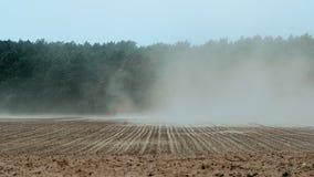Sterke wind die over landbouwgrond vegen die grond tot erosie leiden stock video