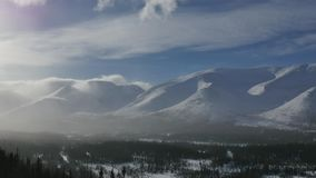 Sterke windslagen op bergpieken en witte sneeuwwolken stock footage