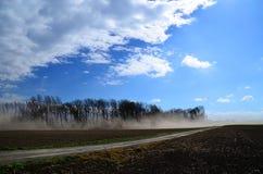 Sterke zandstorm op een gebied stock foto's