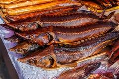 Sterlets ahumados en el mercado de pescados Imagen de archivo