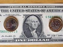 1 sterlina e 1 euro moneta ed una nota del dollaro sopra il fondo del metallo Immagini Stock Libere da Diritti