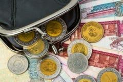 Sterline egiziane in un portafoglio aperto nero Monete e clos delle banconote Immagine Stock Libera da Diritti