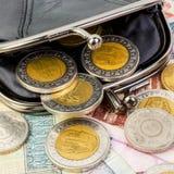 Sterline egiziane in un portafoglio aperto nero Monete e clos delle banconote Fotografie Stock Libere da Diritti