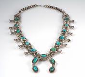 Sterling Silver- und Türkis-Kürbis-Blüten-Halskette. Stockbild