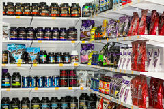 Sterlitamak,俄罗斯- 07, 02日2016年:商店-体育营养补充区域 锻炼体型、饮食力量、乳清和大豆e 库存图片