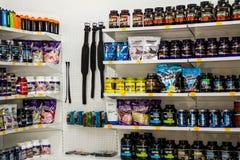 Sterlitamak,俄罗斯- 07, 02日2016年:商店-体育营养补充区域 锻炼体型、饮食力量、乳清和大豆e 图库摄影