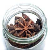 Stern-Anis in einem Glas Stockfoto