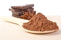 Stern des Anises, Turm von der Schokolade und Kakaopulver lizenzfreies stockbild