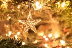 Stern des Glases mit abstraktem Hintergrund der Lichterkette Stockfotografie