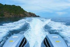Stern fala z powrotem wielka prędkości łódź z Dwa silnikami Obraz Royalty Free